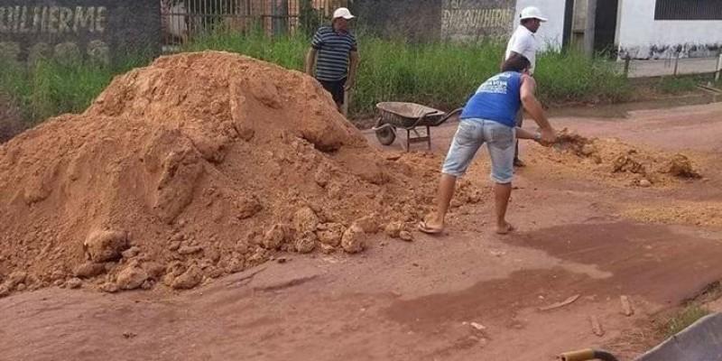 Comunidade faz coleta para tapar buracos em Outeiro