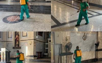 Serviço de sanitização na Igreja Matriz para receber os fiéis neste final de semana