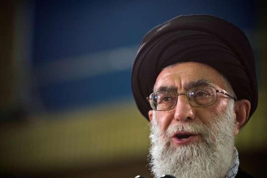 Khamenei diz que Irã rasgará acordo nuclear se EUA abandonarem tratado