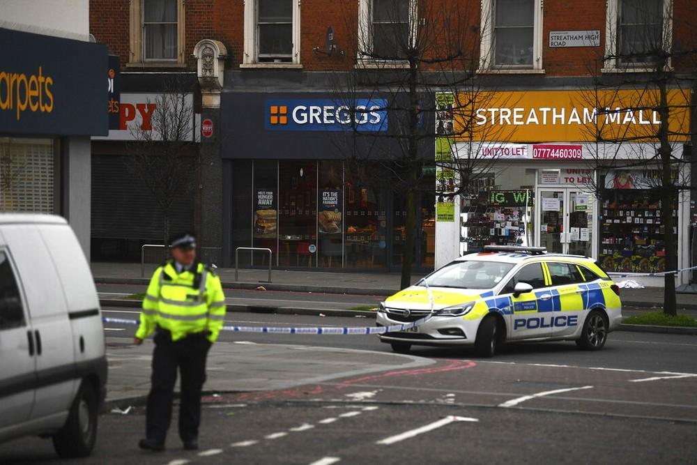 Homem esfaqueia várias pessoas em Londres