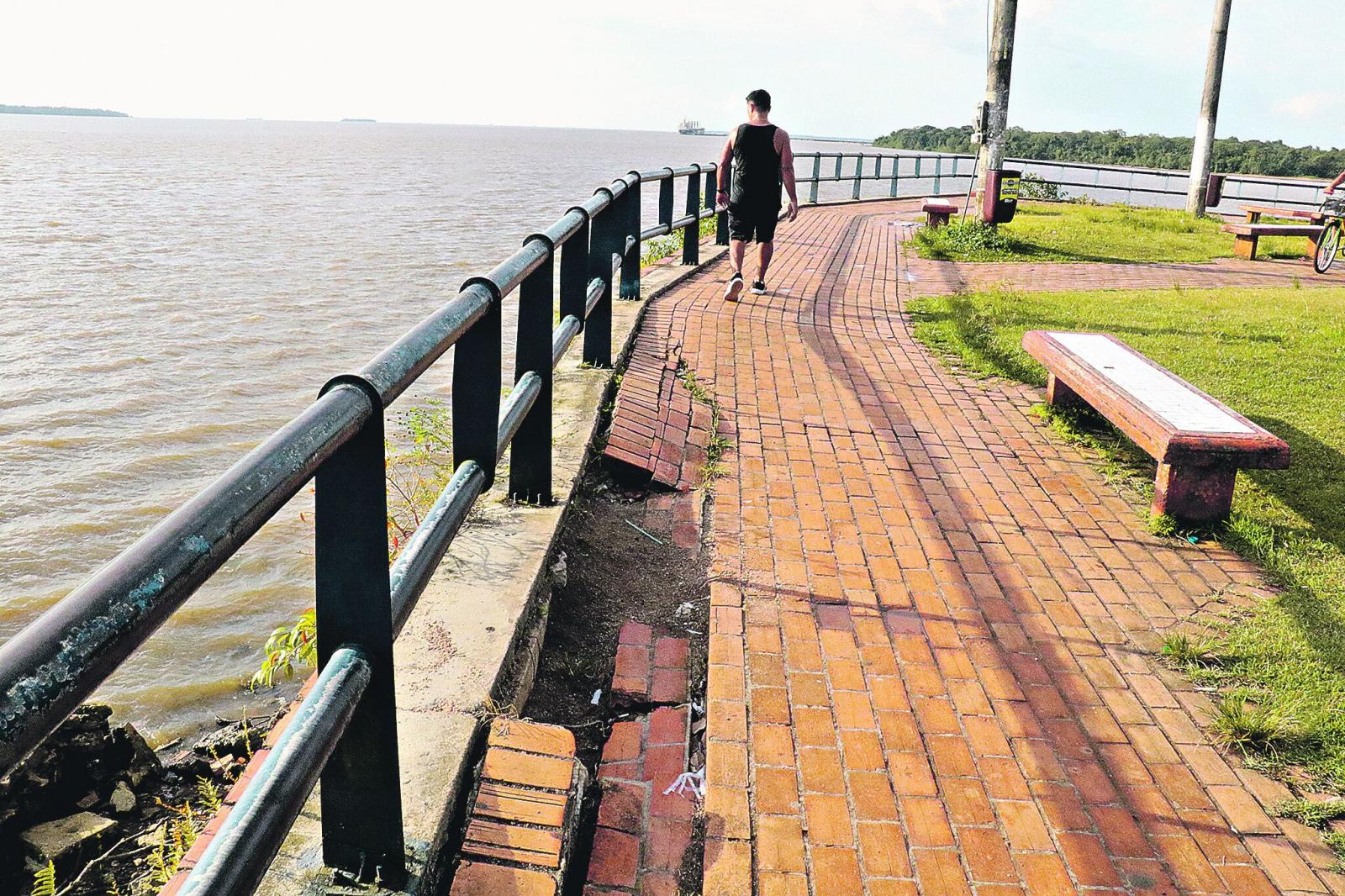 Abandono da orla de Icoaraci afasta turistas e prejudica comerciantes