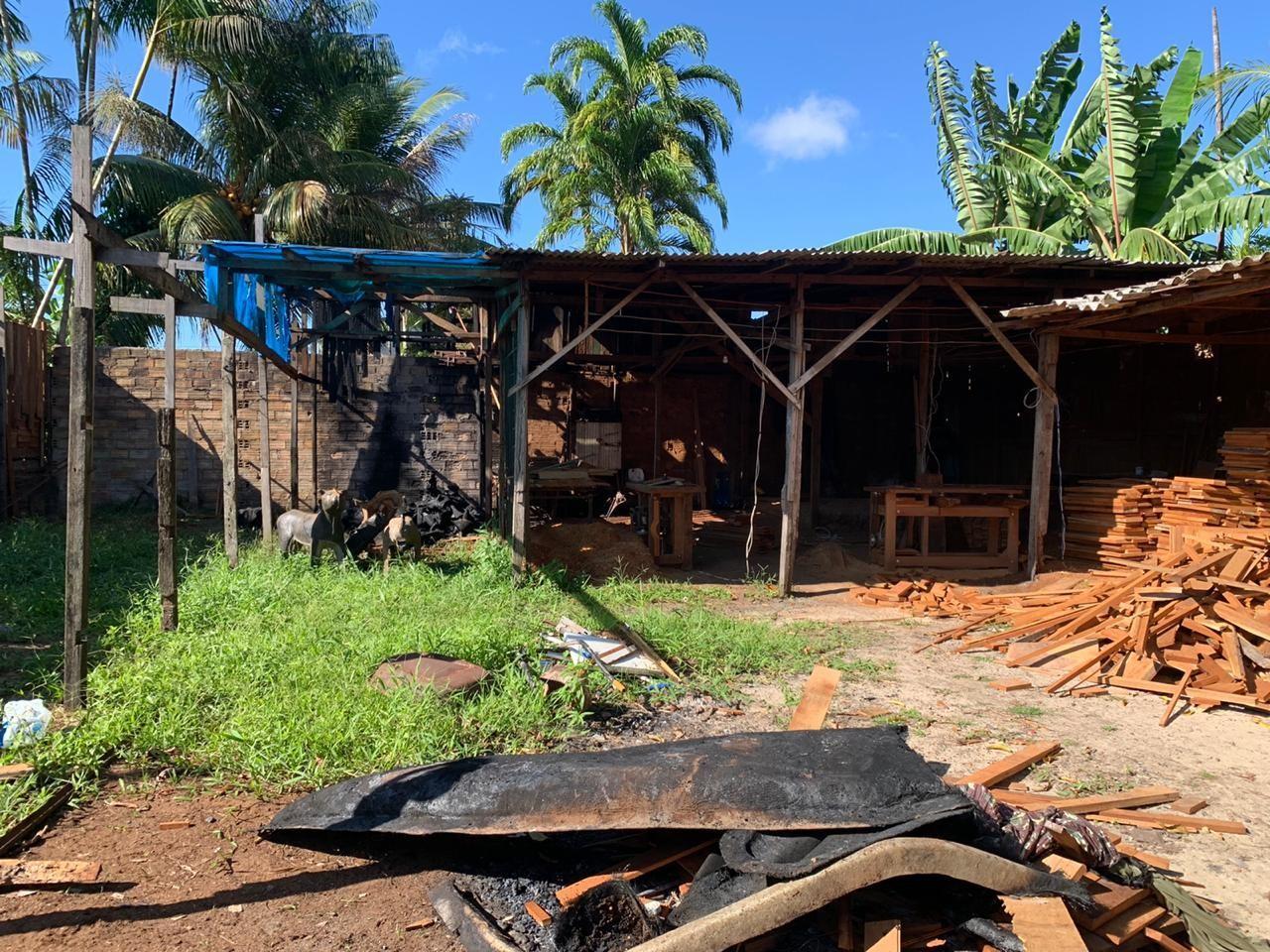 Galpão de móveis pega fogo no distrito de Icoaraci, em Belém